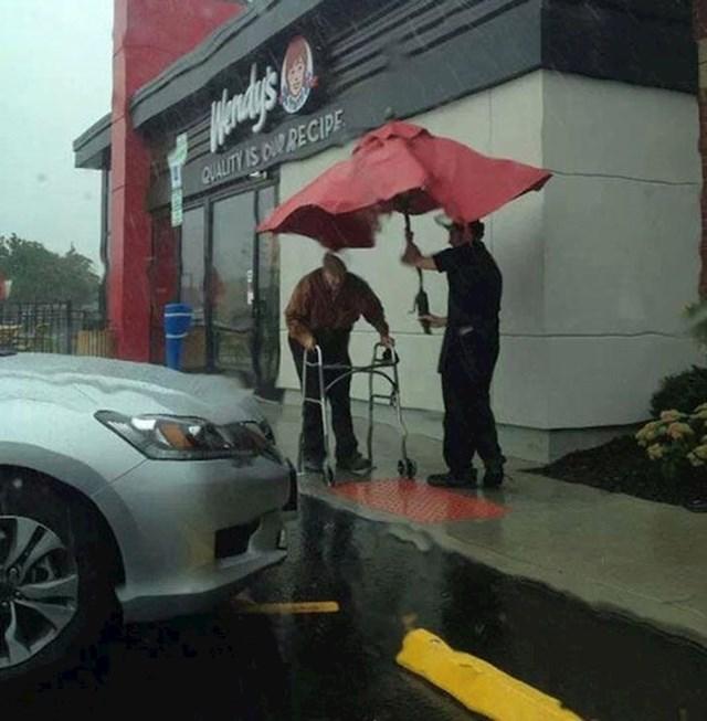 Zaposlenik Wendy's-a je zgrabio suncobran kako starac ne bi pokisnuo do auta