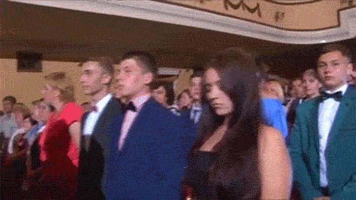 Netko je snimao ceremoniju, a jednoj ženi se dogodila nezgoda u najgorem mogućem trenutku
