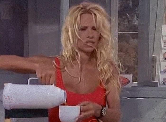 GIF: Pamela, pazi! Vruće je!