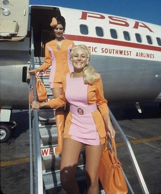 Stjuardese u obaveznim uniformama s kratkim suknjama.
