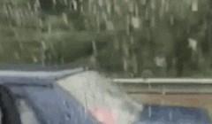 Vozač je na autocesti ugledao prizor koji ga je začudio, pogledajte ovu snalažljivu obitelj