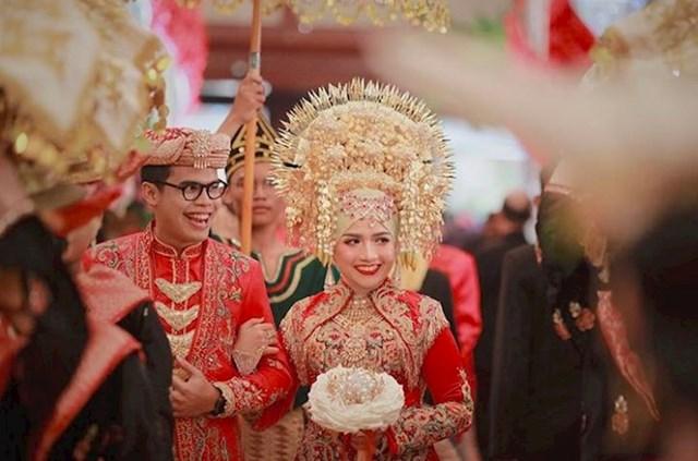 U Indoneziji mladenka nosi vjenčanicu s puno zlata, zanimljivim uzorcima, jakim bojama i ukrasima za glavu.