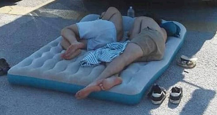 Turisti su u Splitu jedva pronašli hlad, legli na neočekivanom mjestu i nasmijali prolaznike
