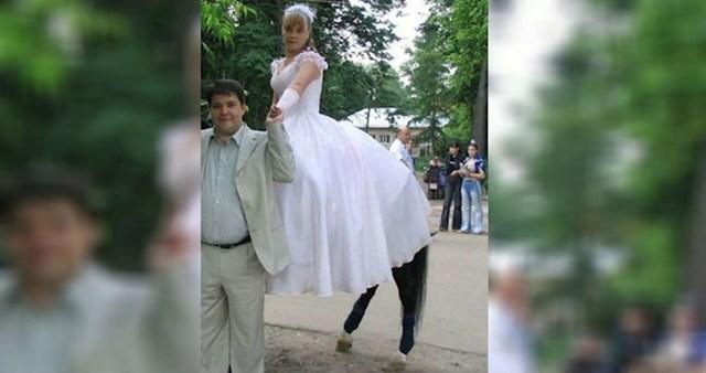 Vjerujemo da je ovo trebala biti prekrasna slika mladog bračnog para, ali je slikana u nezgodnom trenutku i sada mladenka izgleda kao mitološko biće.