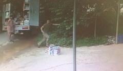 Šokantna snimka pokazuje muškarca koji je jedva izvukao živu glavu, evo što mu se dogodilo