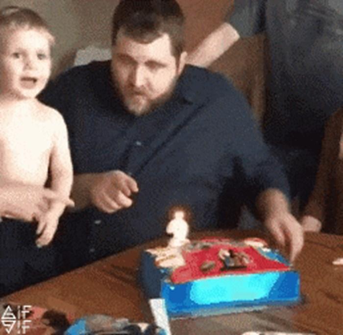 Mama i tata su sinu rekli da ugasi svijeću na torti. Nasmijali su se kad je to učinio na svoj način