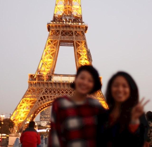 Putovanje u Pariz je bila jedinstvena prilika da se konačno slikaju ispred Eiffelovog tornja. Stranac koji ih je slikao je sve uništio.