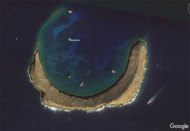 Vulkan koji izviruje iz Južnog Pacifika.