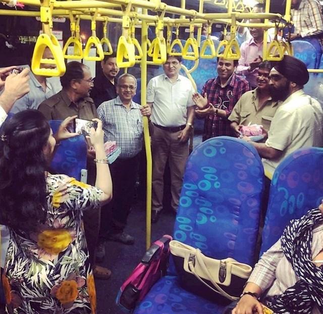 Ovi redoviti putnici se opraštaju od svog vozača tijekom njegovog zadnjeg radnog dana pred mirovinu.