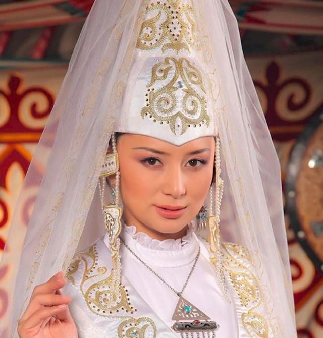 U Kazahstanu mladenke na glavi nose tzv. saukele koji simbolizira početak novog života kao zakonita supruga.