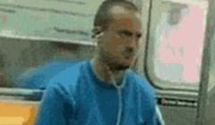 Netko je u javnom prijevozu snimio čudaka koji misli da je doktor za mobitele