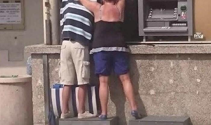 Turisti nasmijali prolaznike: Sunce je udaralo ravno u bankomat, a onda je žena smislila rješenja