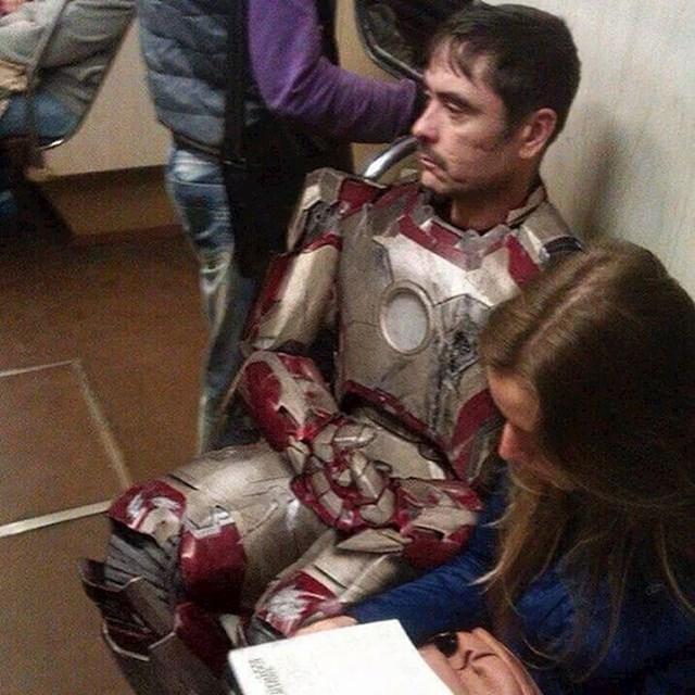 Kad mu ne funkcionira kostim, Tony Stark putuje podzemnom.