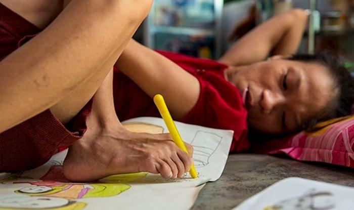 Nepokretna mlada žena nogama crta optimistične slike kako bi financijski pomogla mami