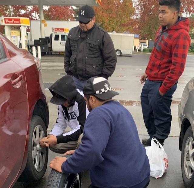 """""""Pukla mi je guma na autu i ovi dečki su mi pomogli da je zamijenim. Za par minuta sam opet nastavila putovanje."""""""