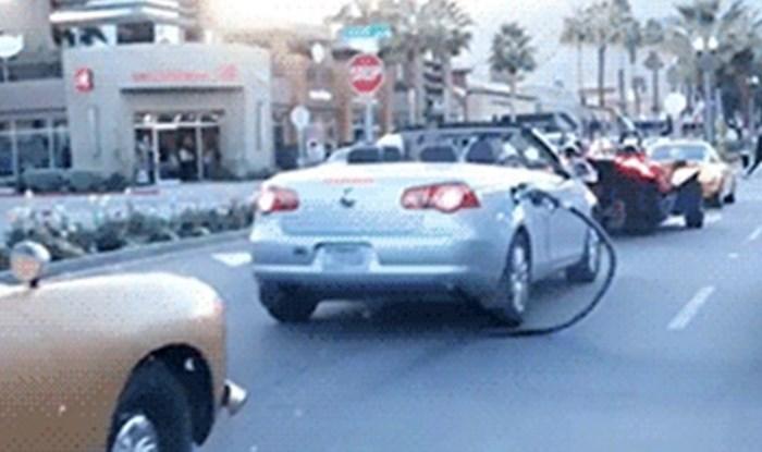 Stariji bračni par nasmijao ostale vozače: Uživali su u vožnji u svom kabrioletu, ali nisu primijetili jedan problem