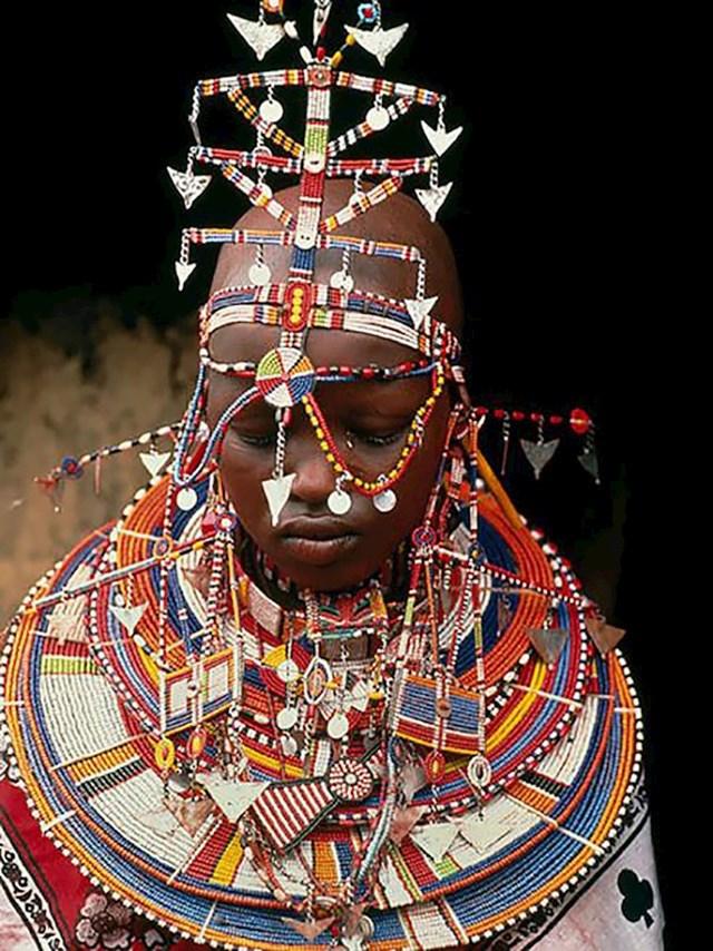 Mladenke u Keniji nose tešku ogrlicu s perlicama, ukras na glavi, narukvice, ukrašene ogrtače i oko 20 lančića.