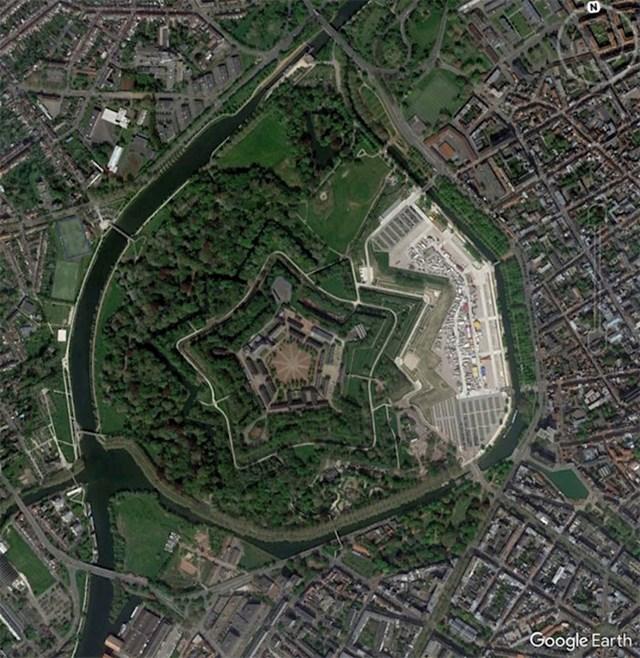 Utvrda u gradu Lille u Francuskoj. Ovakve utvrde u obliku zvijezde vrlo se lako prepoznaju, a Will najviše voli one koje se nalaze usred gradova.