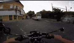 Milimetri do smrti: Motorist jurio kraj autobusa pa preživio na nevjerojatan način