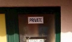 Čovjek je odmah na ulaznim vratima htio upozoriti ljude i razjasniti par stvari