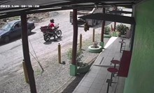 Kamion je polako počeo voziti unatrag, a onda je nadzorna kamera snimila šokantnu scenu