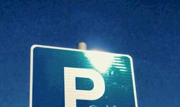 Dva slova su bila dovoljna da ovaj znak na parkingu dobije novo značenje i nasmije prolaznike