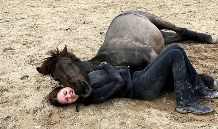 Prekrasna povezanost sa životinjama: Žena je uživala u društvu svojih konja i raznježila svijet ovim videom