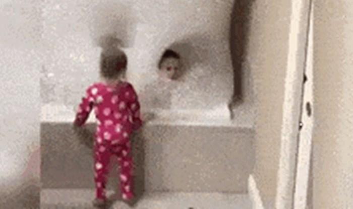 Klinci su na trenutak ostali sami u kupaonici. Mamu je dočekao neočekivan prizor kad se vratila