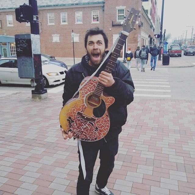 """""""Ovom sam beskućniku dao svoju staru akustičnu gitaru kako bi mogao svirati na ulici i zaraditi nešto novca."""""""