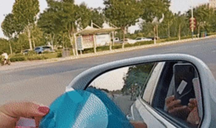 Uzela je plavu naljepnicu, lijepila je po retrovizoru, a onda je otkrila trik koji će vam se svidjeti