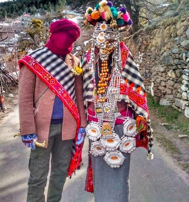 Kinnauri mladenke iz regije Kašmir obično nose veo od srebrnih lanaca, velike lančiće i male kutijice s talismanima.