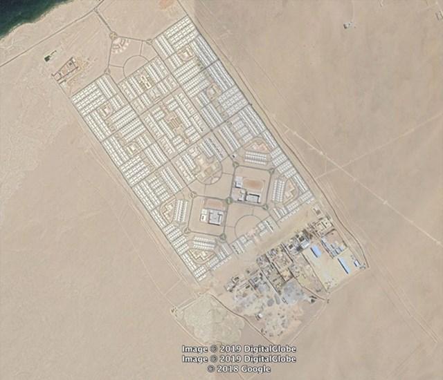 Will nije mogao naći nikakve podatke o ovom neobičnom mjestu. Izgleda poput velikog planiranog naselja, a nalazi se u blizini grada Namibe u Angoli. Nastalo je vjerojatno između 2013. i 2014., a čini se da nije naseljeno, jer nema vidljivih tragova vozila.