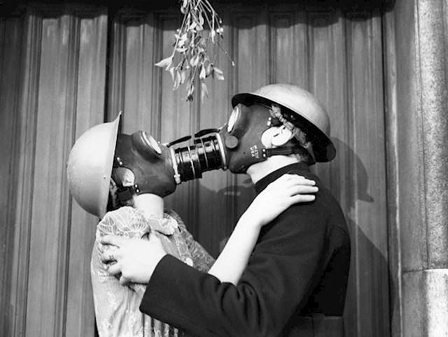 Spoj romantike i vježba mjera zaštite tijekom zračnih napada, Engleska, Božić 1940.