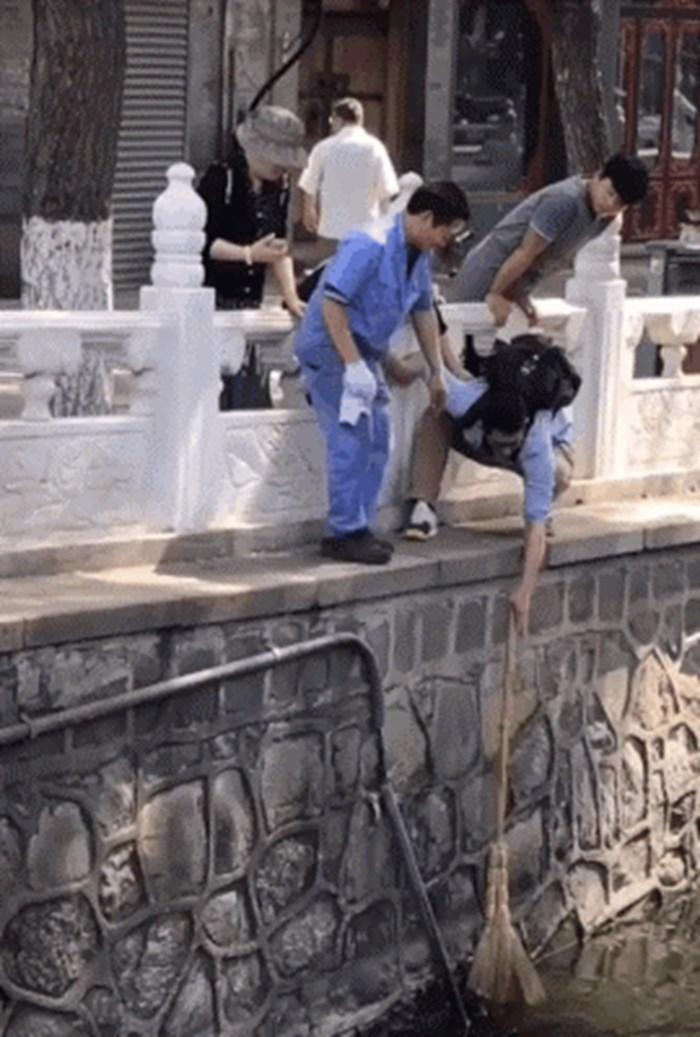 U kanalu su ugledali mačku koja se utapa, sjetili su se kako bi je mogli pomoći bez skakanja u vodu
