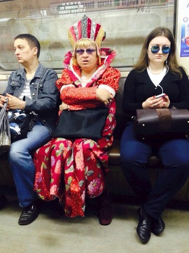 I carevi se voze podzemnom.