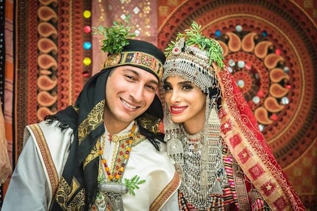 Mladenka u Jemenu obično nosi zlatnu haljinu s puno zlatnog i srebrnog nakita.