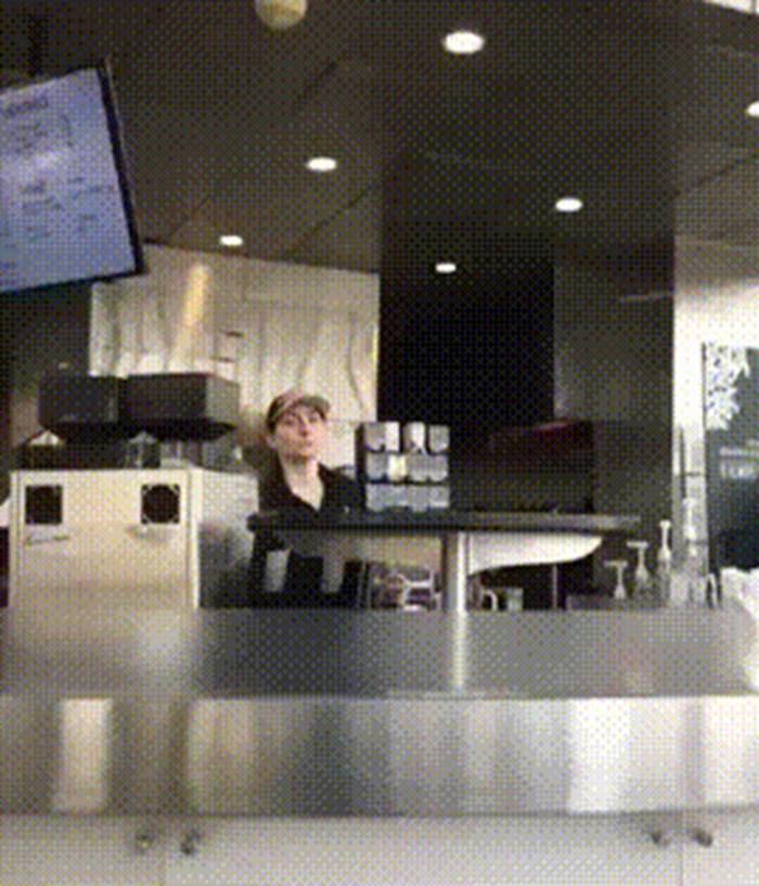 Radnici restorana je bilo dosadno pa je na genijalan način zabavljala jednog gosta