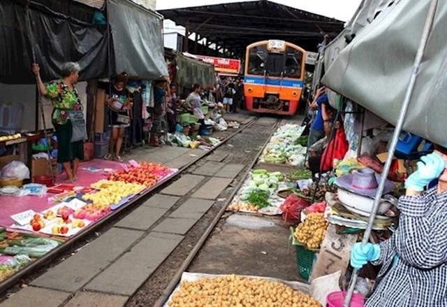 Imaju i tržnice kroz koje prolaze vlakovi...