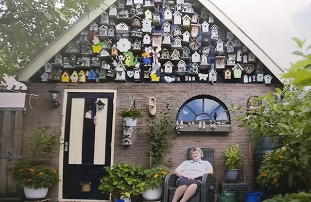 Ova baka ima kolekciju kućica za ptice.