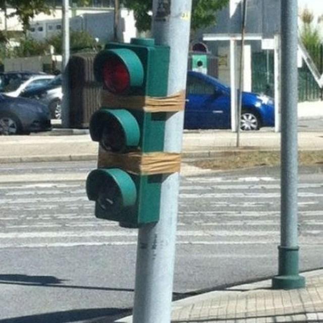 Ne postoji stvar koja se ne može popraviti ljepljivom trakom. Tako bar misle radnici koji su popravljali ovaj semafor.