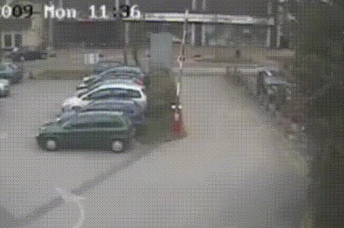 Nakon ovoga nikad više nećete parkirati auto blizu rampe, pogledajte što je nadzorna kamera snimila