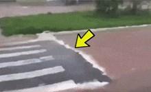 Ulice grada bile su poplavljene, a jedan čovjek je ispred pješačkog prijelaza snimio nešto jako čudno