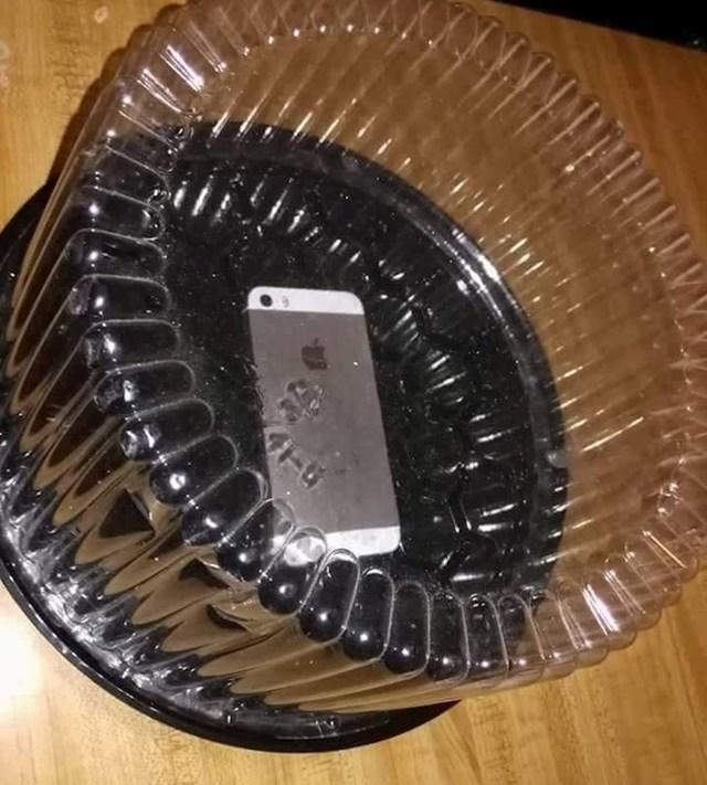 Ideja za ljubomorne partnere: Stavite mobitel u plastiku za torte. Ako ga pokuša uzeti i čitati poruke, čut će se zvuk.