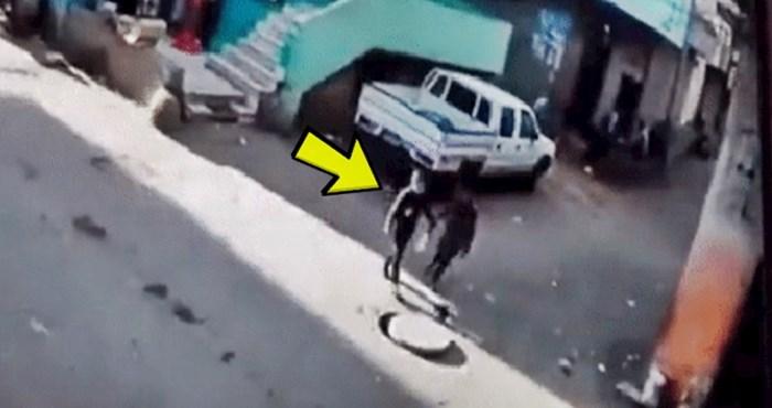 Nadzorna kamera snimila je bizaran susret, pogledajte što se dogodilo nasred ulice