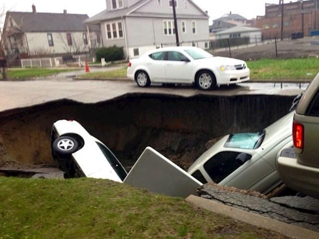 U Chicagu se zbog poplava pojavila ogromna rupa koja je progutala nekoliko auta.