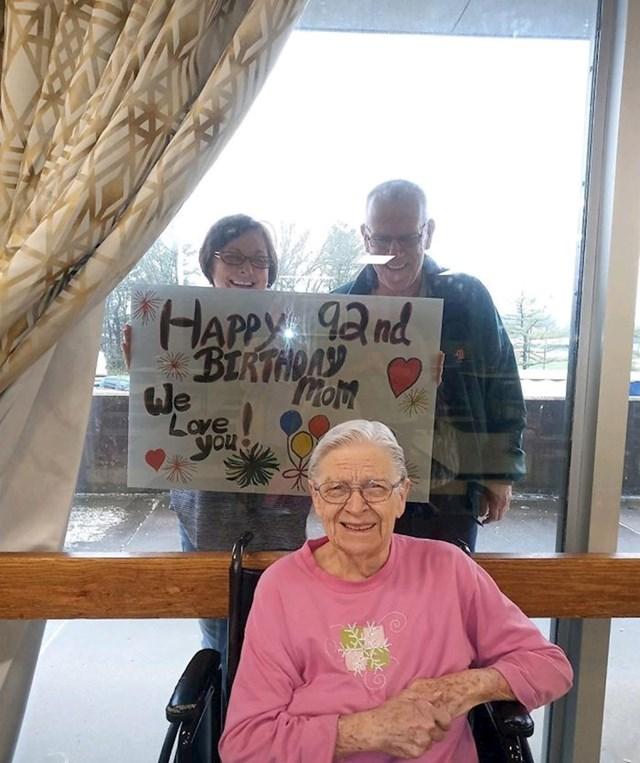 Došli su baki Dorothy čestitati 92. rođendan.