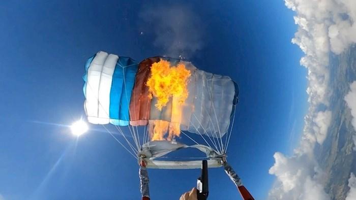VIDEO Lik je zapalio padobran nakon što je skočio iz aviona, pogledajte što se dogodilo