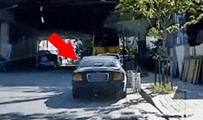 Čovjek je pravilno parkirao auto, no ostao je šokiran kad je na ovoj snimci vidio što se dogodilo