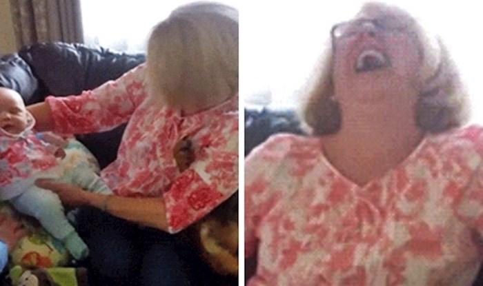 Svi su se htjeli igrati s bebom, a onda je baka primijetila nešto što ju je nasmijao
