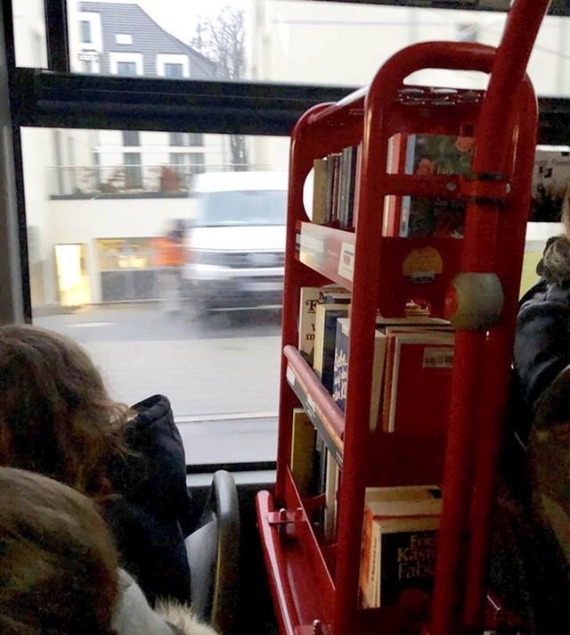 Ovi autobusi u Njemačkoj imaju mini knjižnice s knjigama koje nude svojim putnicima kako bi se zabavili tijekom putovanja.